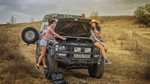 Девушки ремонтируют Лэнд Крузер