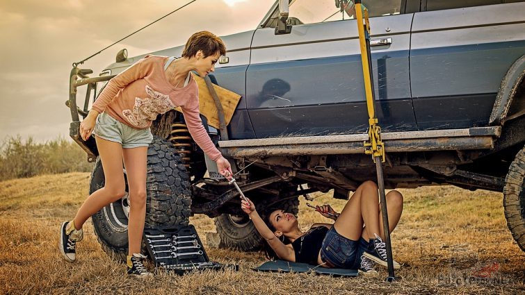 Девушки ремонтируют внедорожник