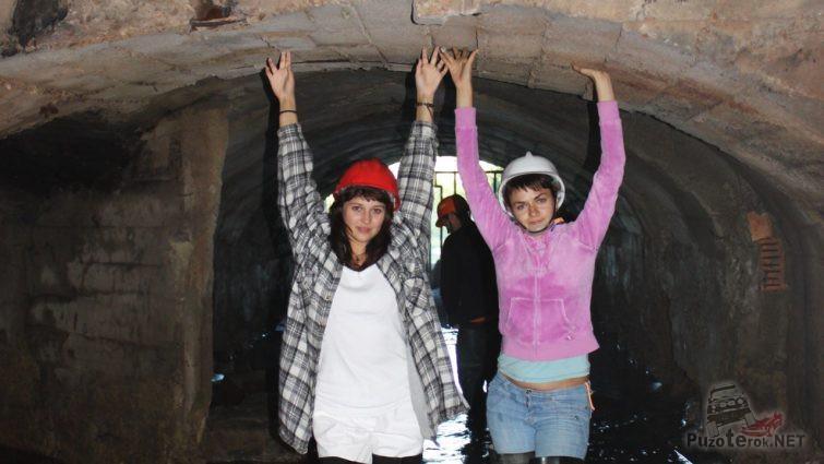 Девушки в касках в шахте закрытого рудника