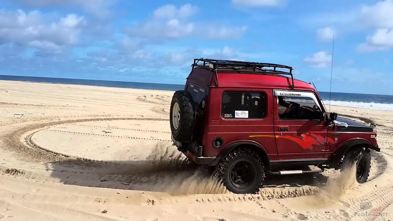 Дрифтующий Suzuki Jimny на песке