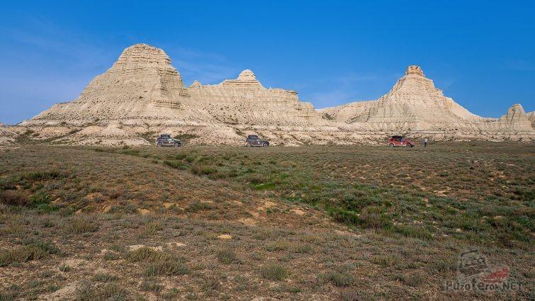 Экспедиционные внедорожники у скал в казахской степи