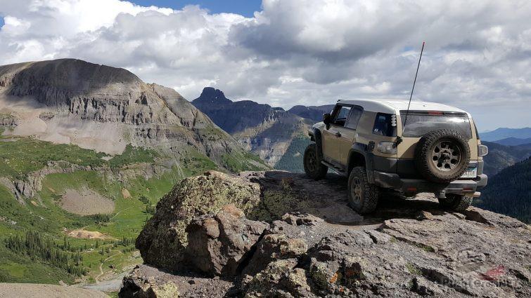 FJ Cruiser на фоне горного пейзажа