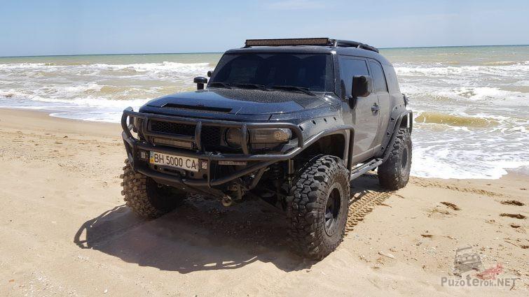 FJ Cruiser на песчаном берегу