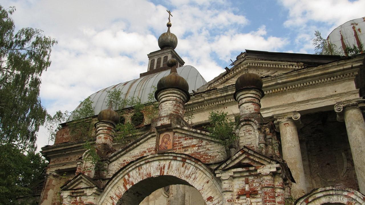 Икона Казанской Божьей Матери над воротами храма