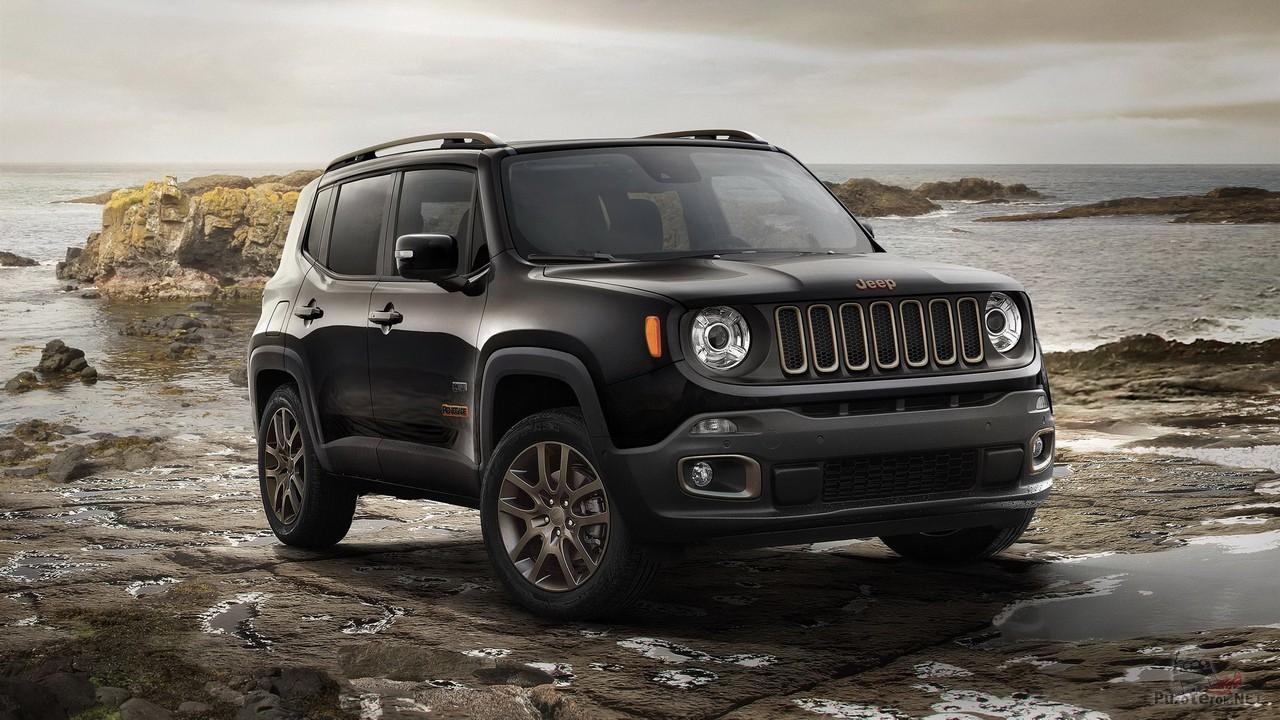 Jeep Renegade 2019 на скалистом берегу моря