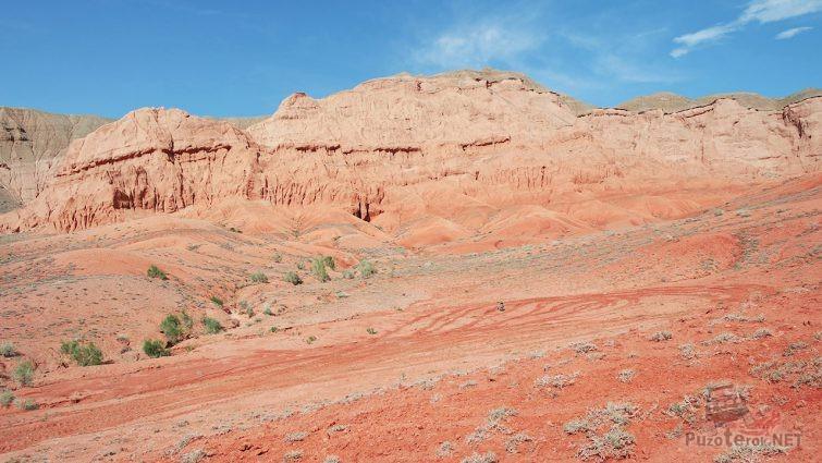 Красная скала Улькен-Бугута