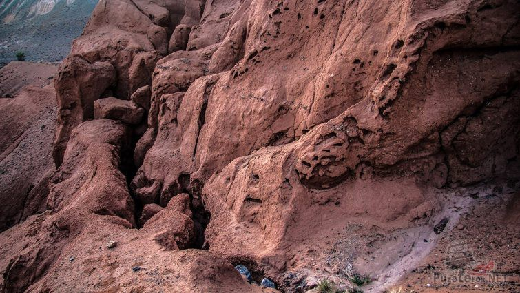 Красноглиняные породы казахских гор