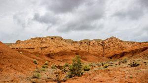 Красноцветные глиняные скалы