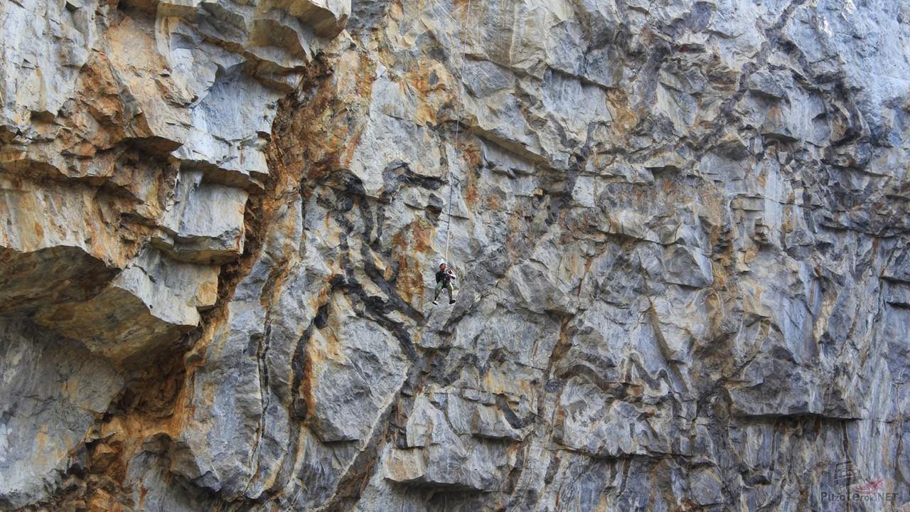 Крошечная фигура роупджампера на фоне 120-метровой скалы