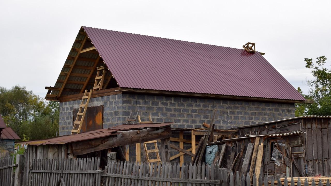 Крышу гаража покрыли профлистом