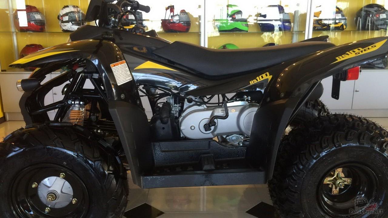 Квадроцикл atv 100 rc на фоне витрин
