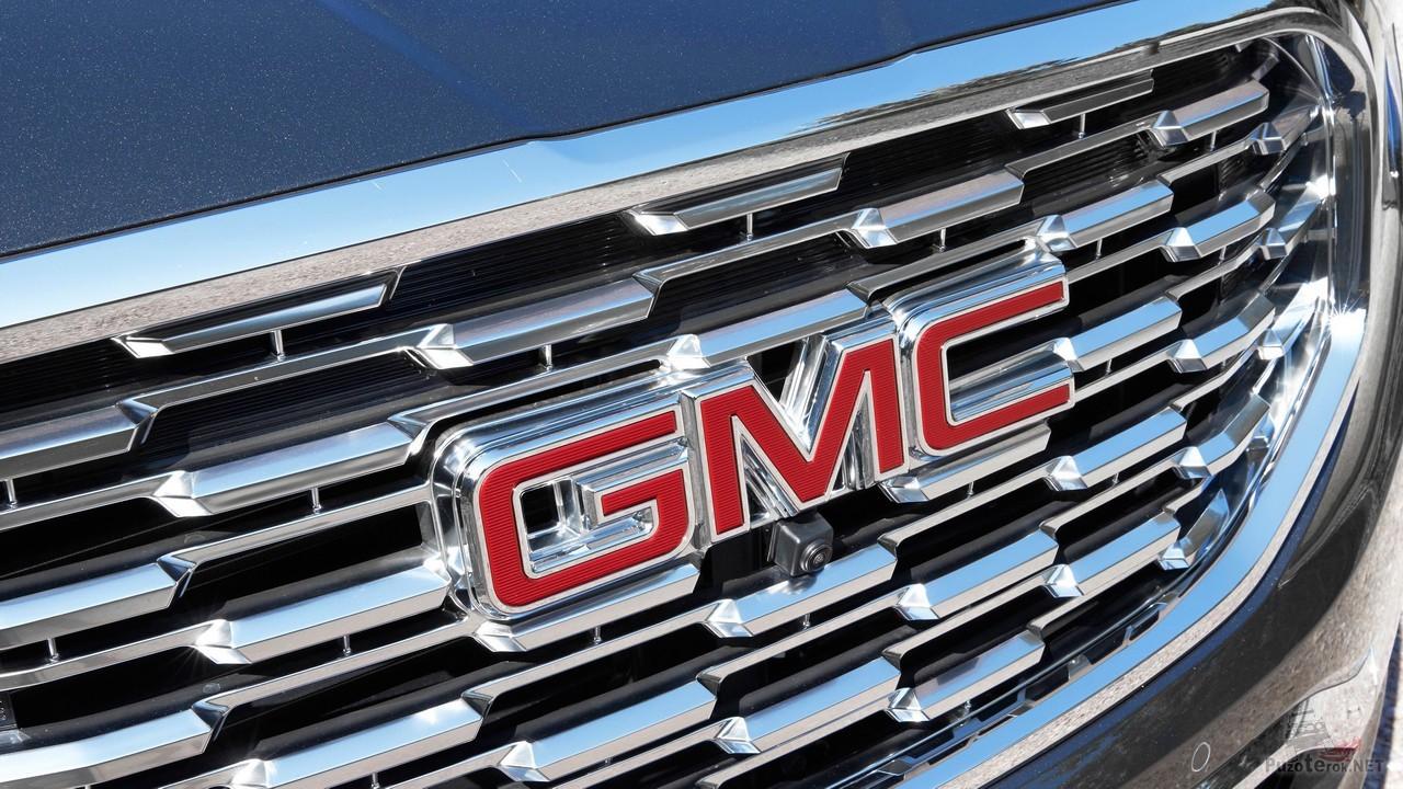 Логотип GMC на решётке радиатора