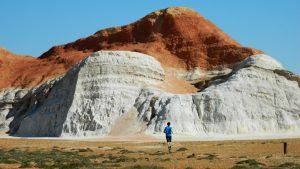 Мальчик бежит к Пылающей скале