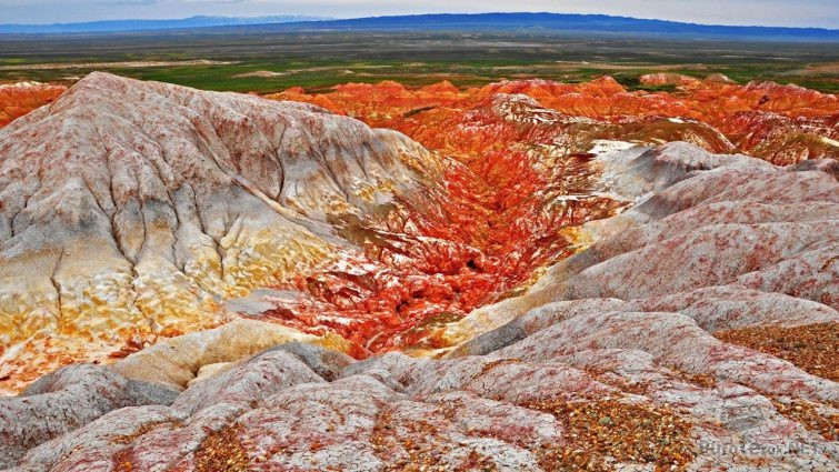 Марсианское ущелье среди красно-оранжевых скал