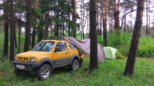 Мини внедорожник поддерживает палатку