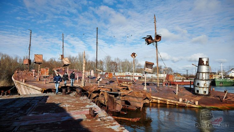 Молодёжь гуляет по Кладбищу кораблей в Москве