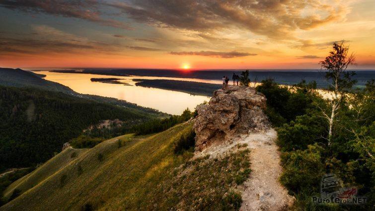 Молодёжь в Жигулёвских горах любуется закатом над Волгой