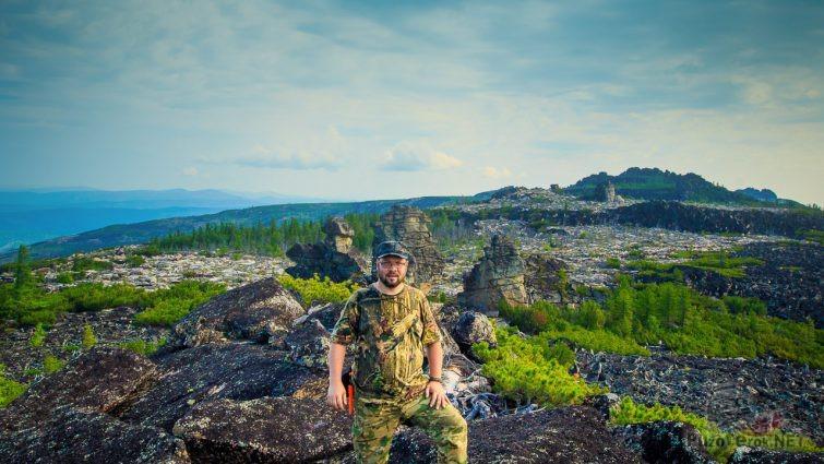 Мужчина на вершине скалы