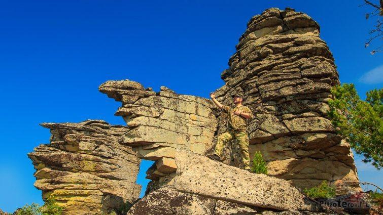 Мужчина в эпической позе на скале