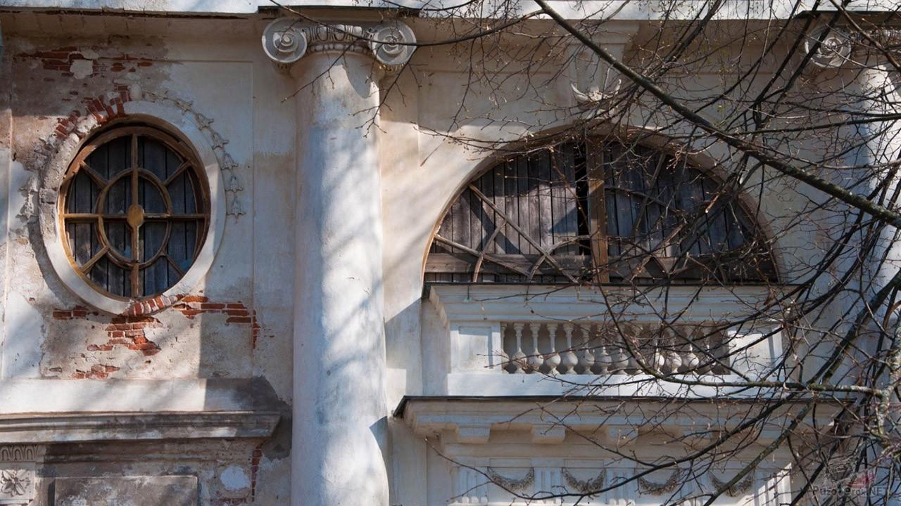 Окна когда-то нарядной церкви