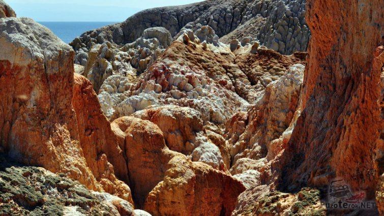 Окрашенные окисью железа скалы
