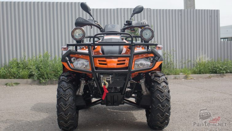 Оранжевый Stels ATV 300 на тротуаре