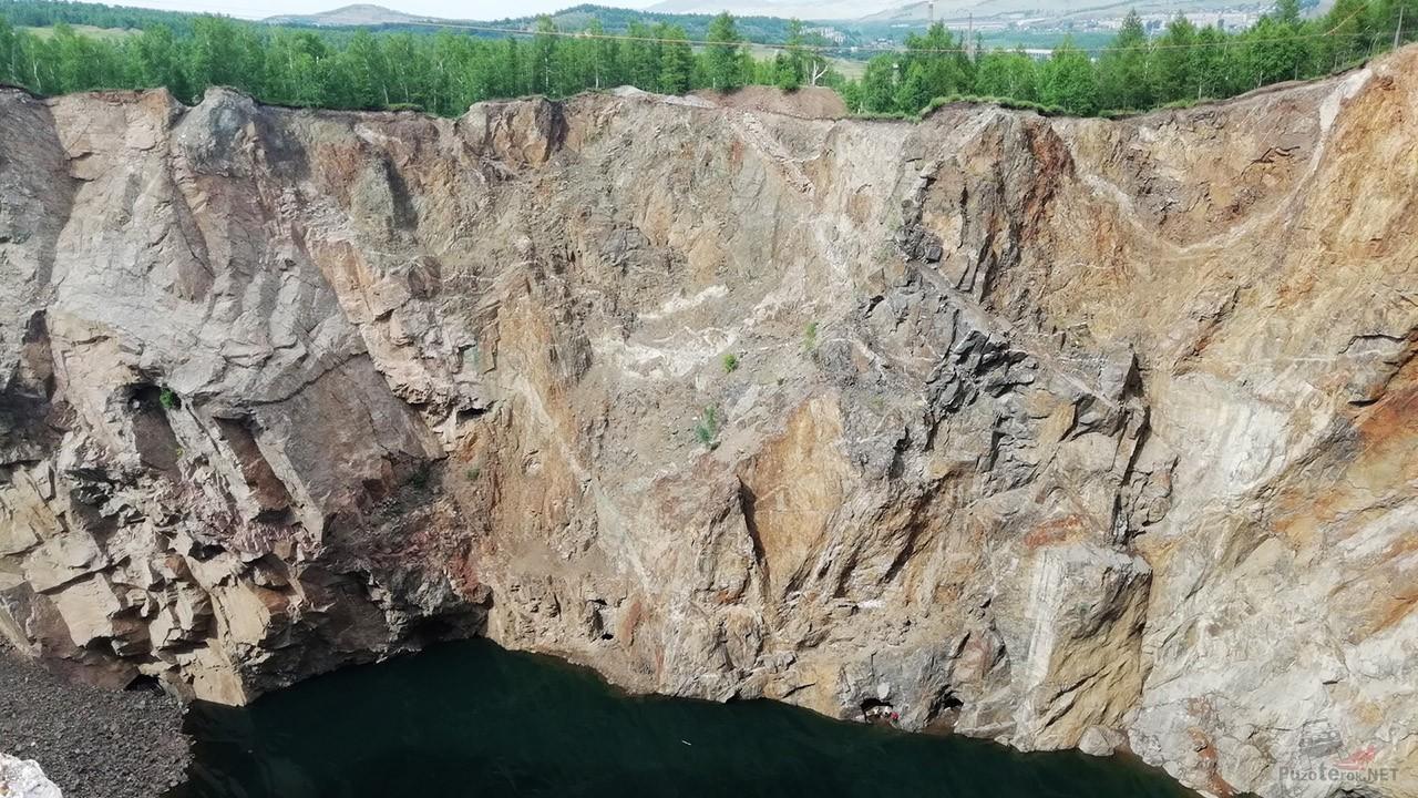 От вершины горы до уровня воды 120 метров