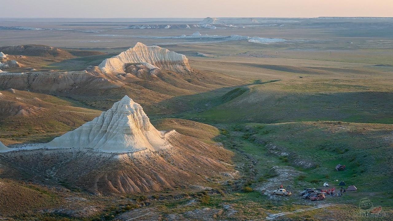 Отдельно стоящие скалы в степи