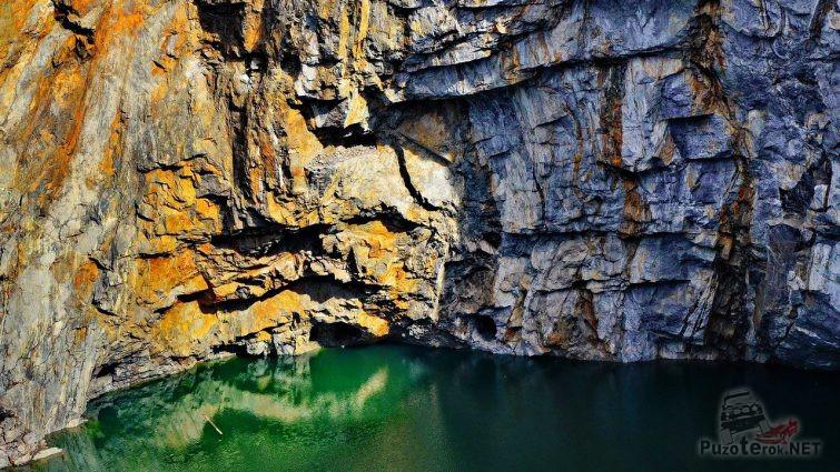 Отвесная скала над озером