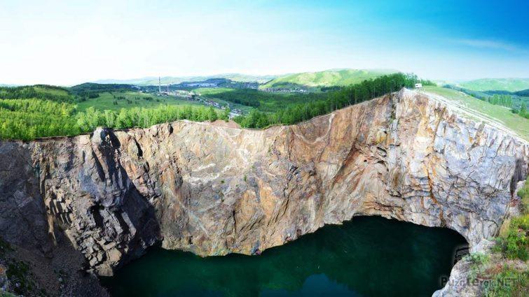 Отвесные скалы на панораме Хакасии