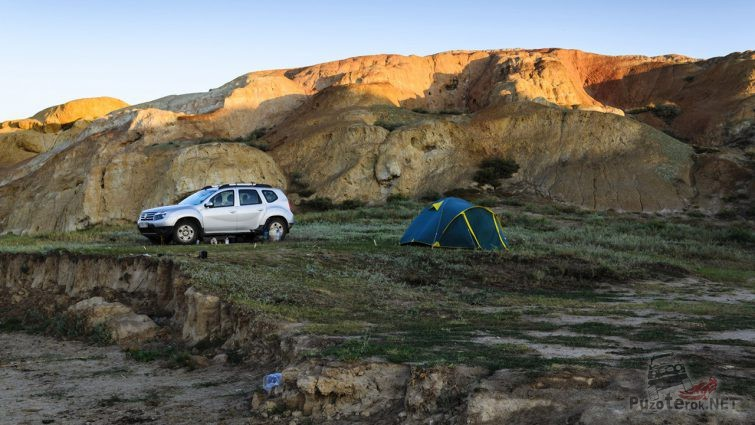 Палатка и Рено Дастер в лагере автотуристов