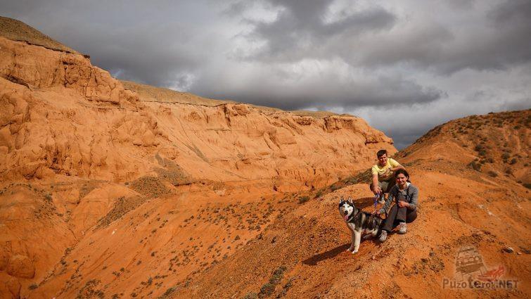 Пар туристов с собакой на сопках Красных Гор