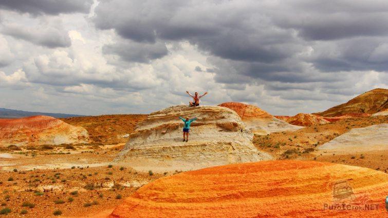 Пара туристов среди ярко-оранжевых сопок
