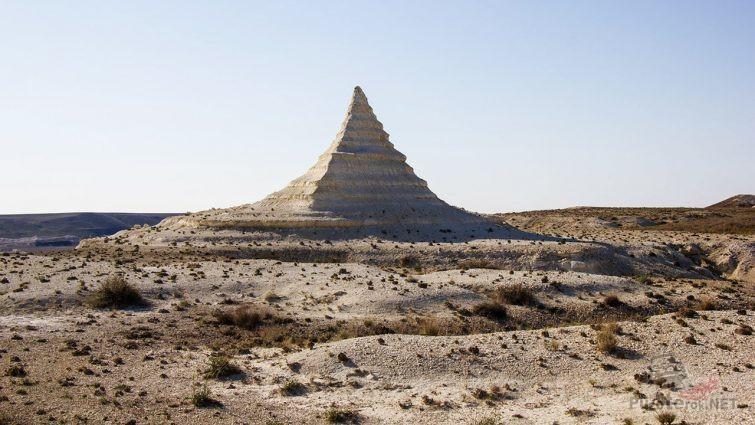 Пирамидальная скала в степи