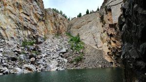 Почти пологий спуск к воде среди скал