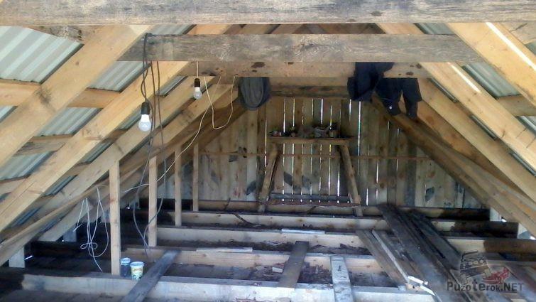 Просторный чердак под треугольной крышей