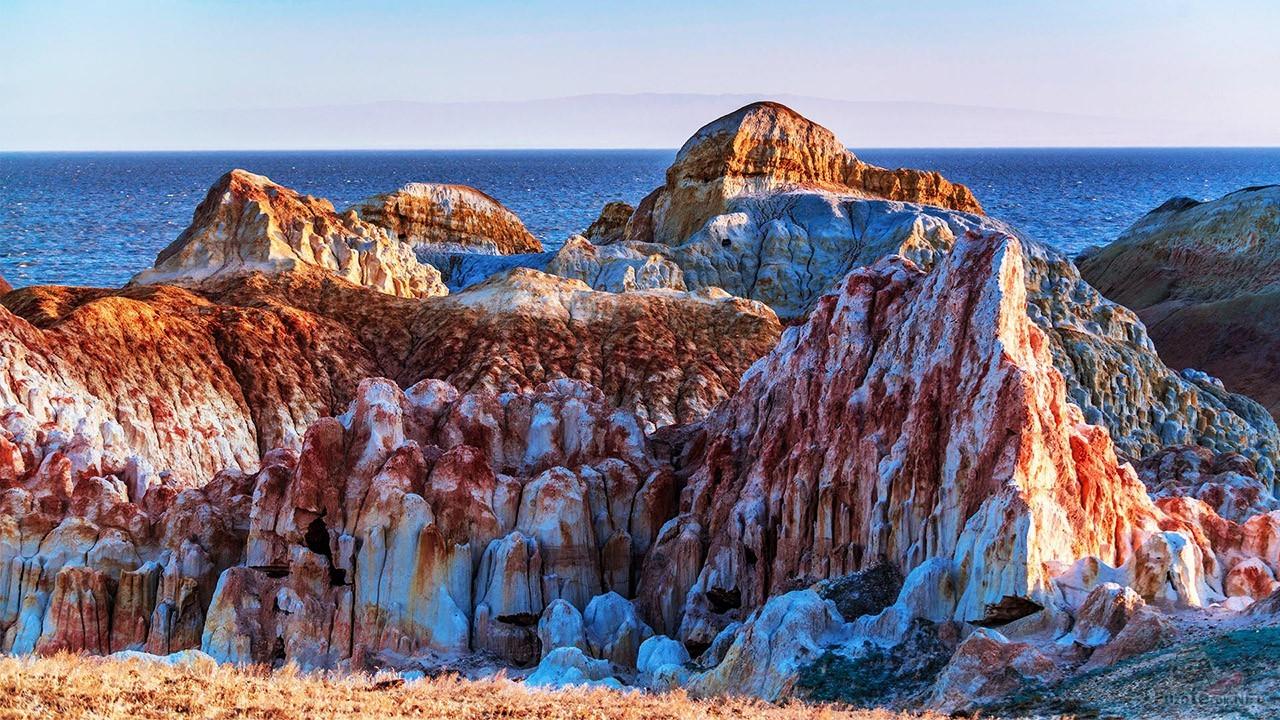 Пылающая скала над озером Зайсан