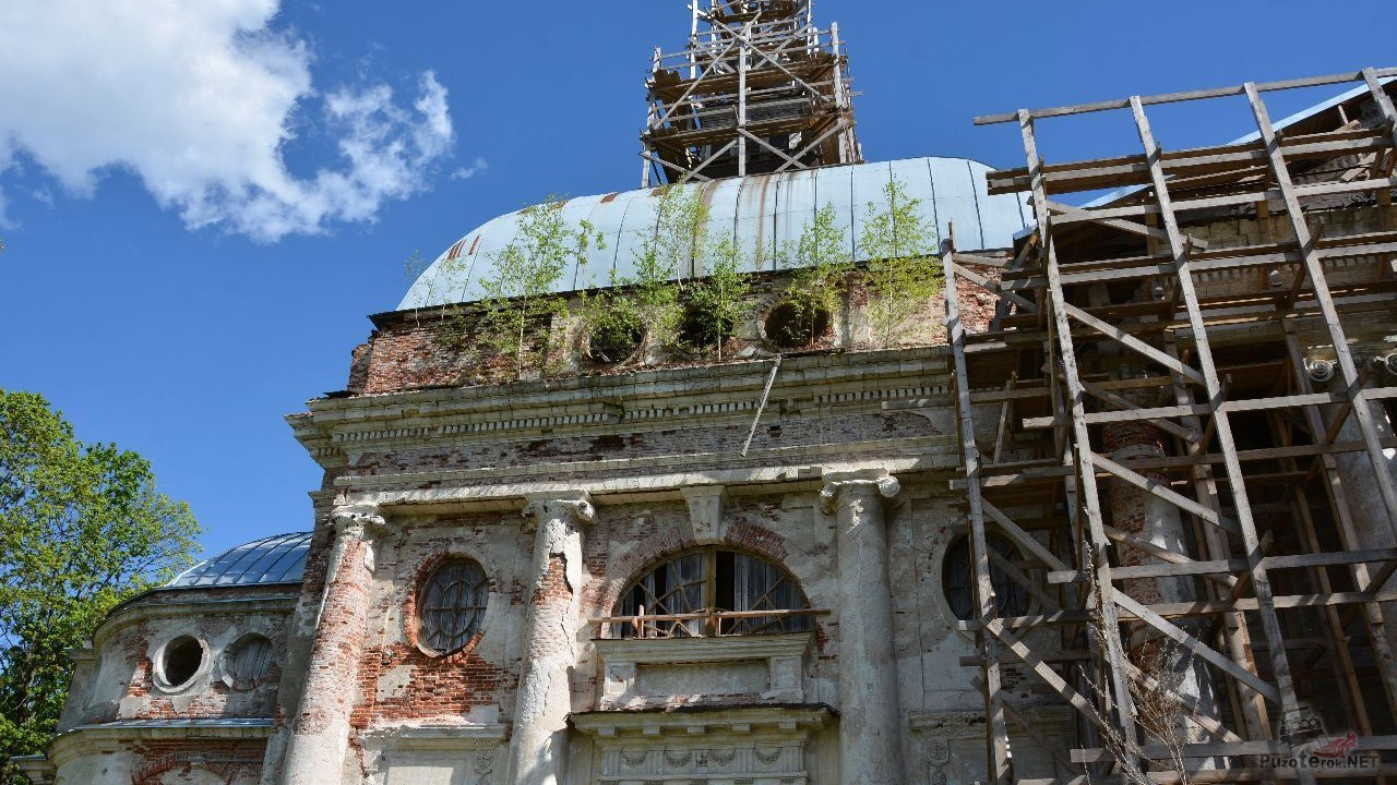 Реставрационные леса на фасаде церкви
