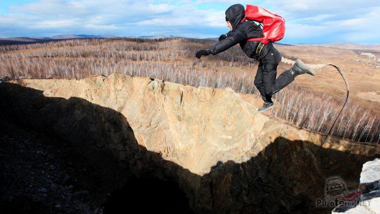 Роупджампер в прыжке над пропастью
