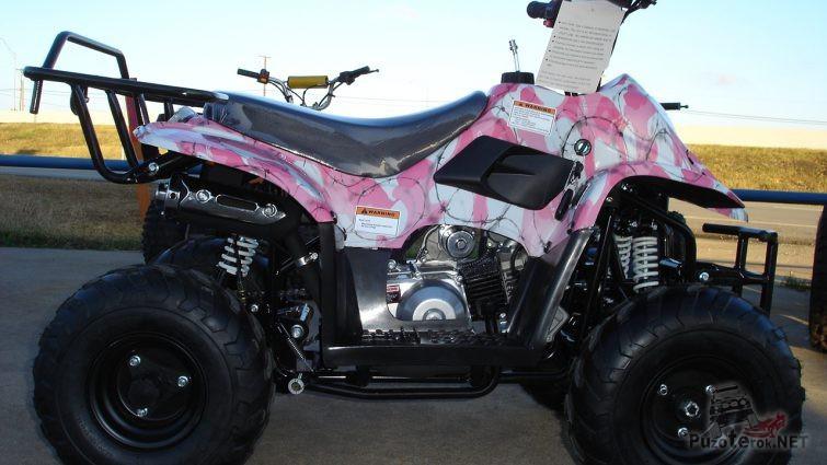 Розовый Stels ATV 110 СС у ограждения