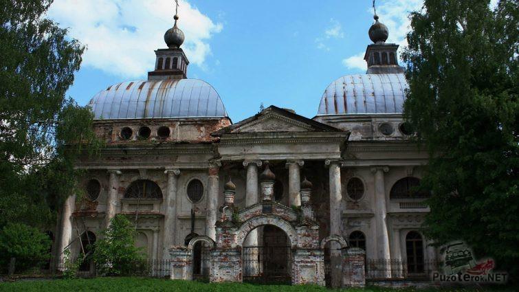 Руины храма в летней зелени
