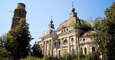 Руины церкви и колокольни в Яропольце