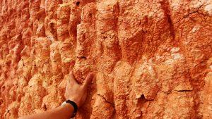 Рука на потрескавшейся глиняной скале