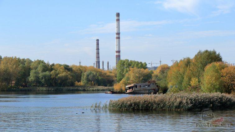 Ржавый остов корабля на Кожуховском Затоне