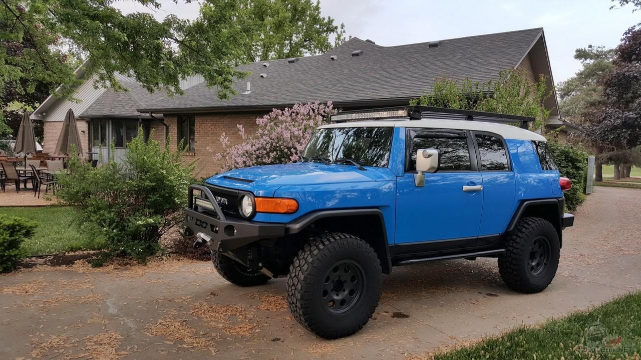 Синий FJ Cruiser во дворе частного дома