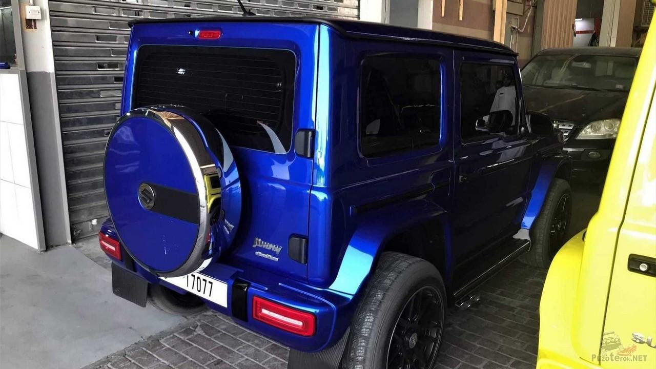 Синий Suzuki Jimny похож на Мерседес