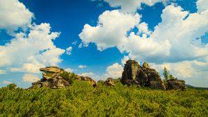 Скальники на фоне летнего неба