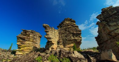 Скальники на вершине горного хребта