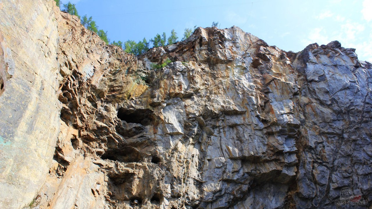 Следы горной выработки в скале