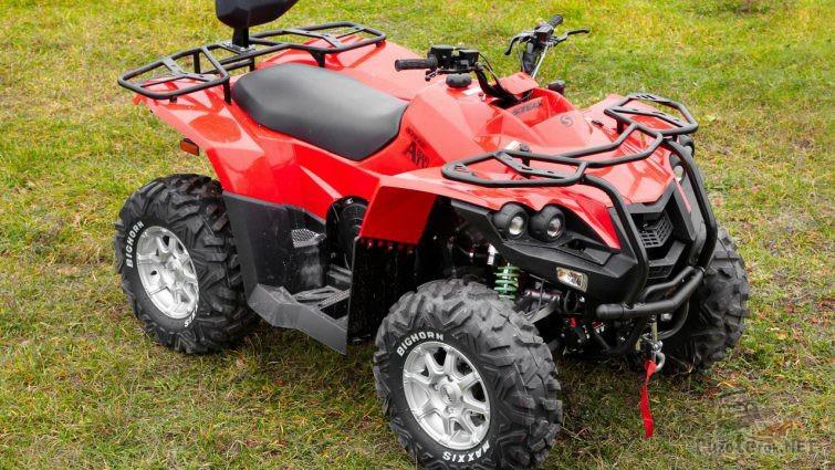 Stels ATV 800d красного цвета на траве